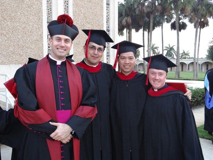三个大专毕业生站在校长旁边。