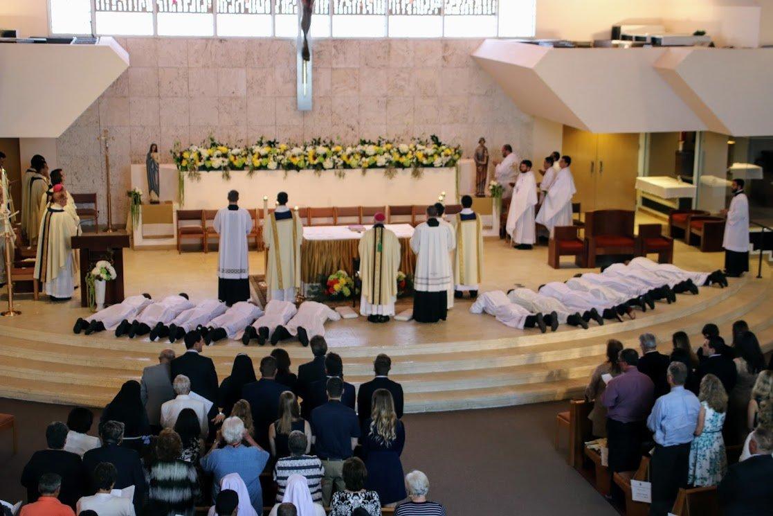十三位神学院教士向过渡过渡教母