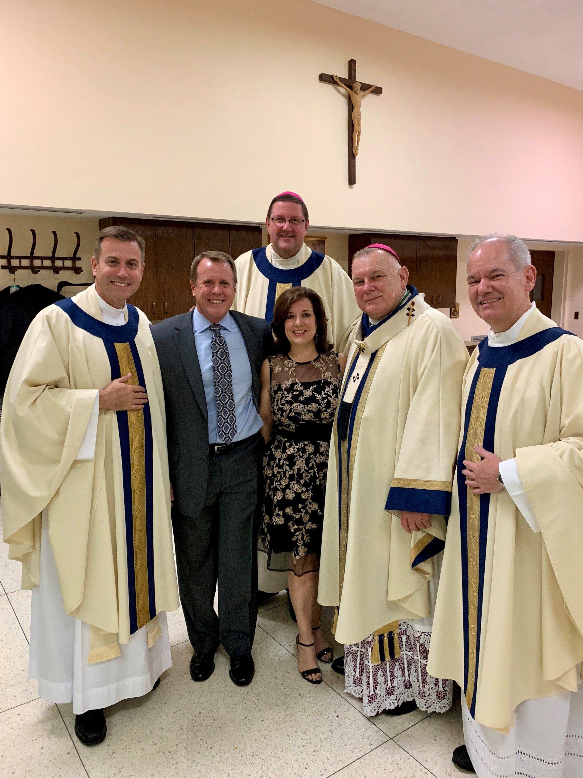 夫妇与四位神父在年度晚会的圣文森特传教团