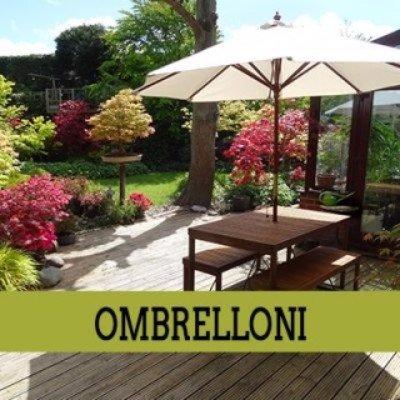 un ombrellone in un giardino