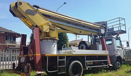 camion con sollevamento pesi