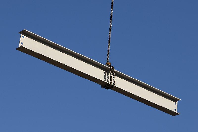 trave in acciaio avvolto in un gigante appeso in aria sfondo cielo