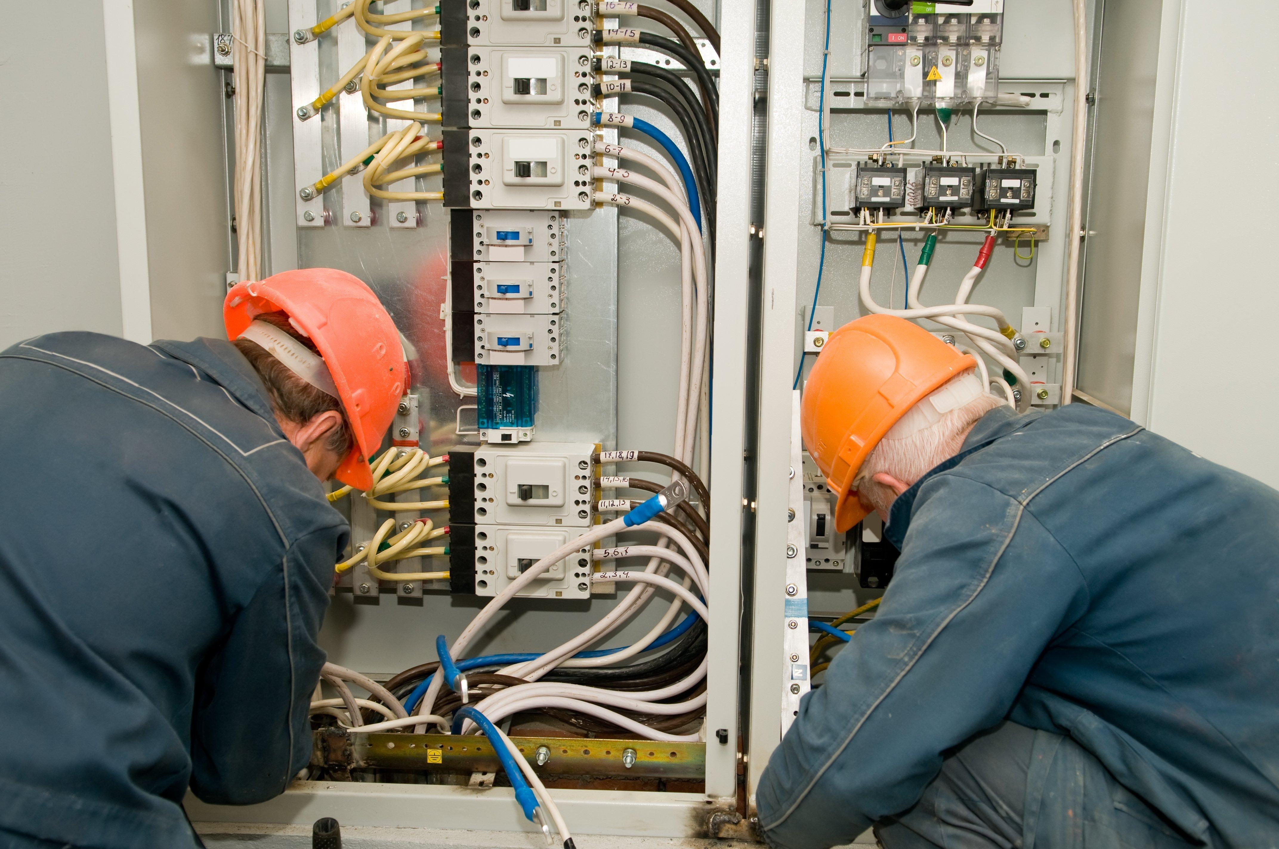 Operai collegando fili