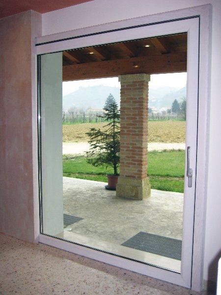 veduta di una colonna e area verde dalla porta di una abitazione