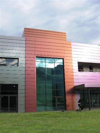 vista frontale di un edificio bianco e rosso