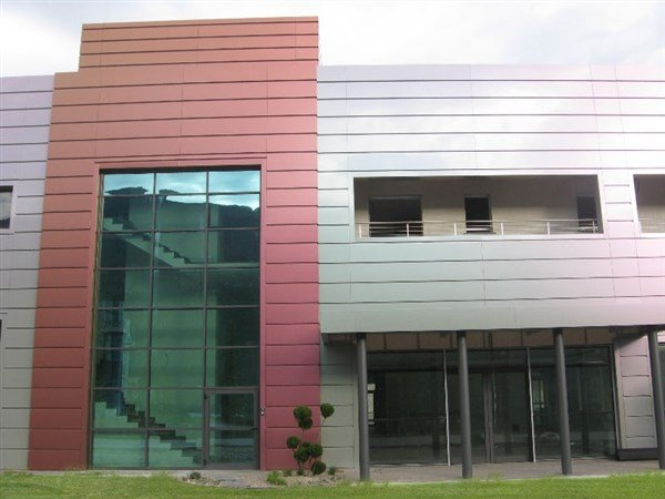 serramenti ed infissi in una facciata continua rossa e grigia