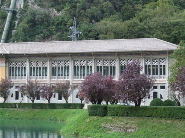 vista frontale di un edificio di fronte a un lago