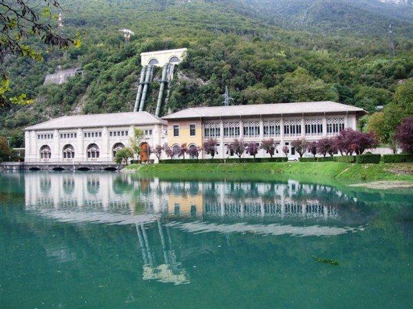 edificio di fronte a un lago