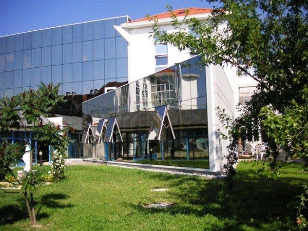 edificio con spazio verde
