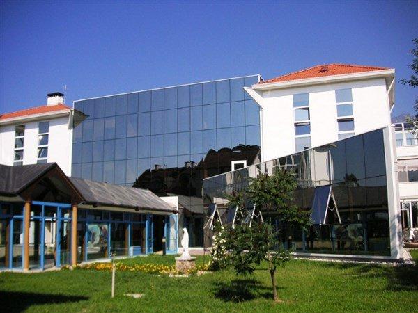 area verde davanti un edificio