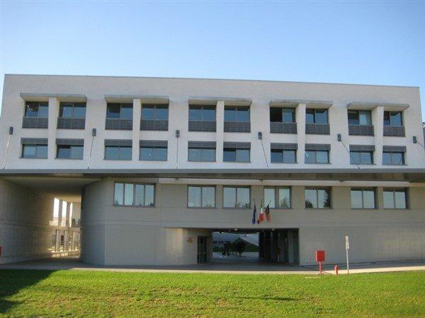 edificio industriale con finestre in vetro