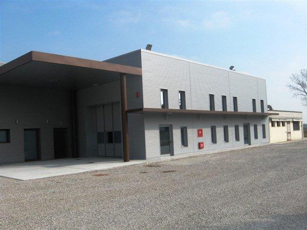 edificio con tettoia vista angolare