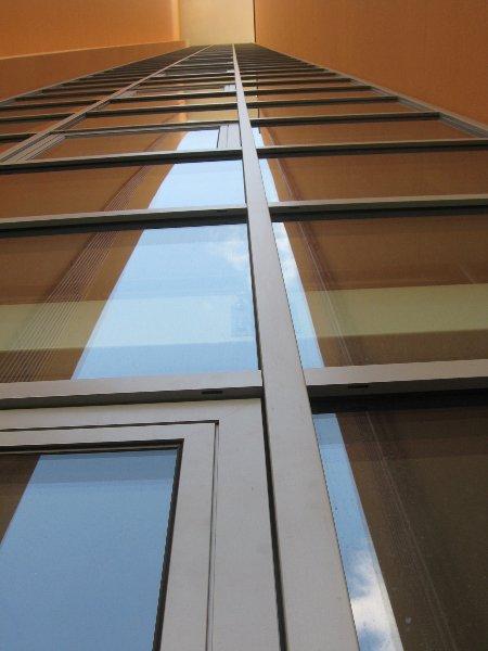 vista dal basso delle finestre a vetri di un edificio