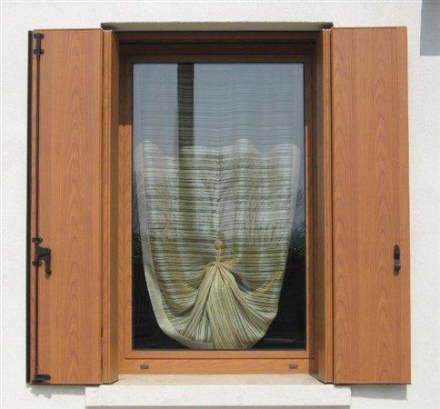 finestra con scuri aperti