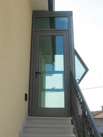 scale che conducono a una porta in vetro