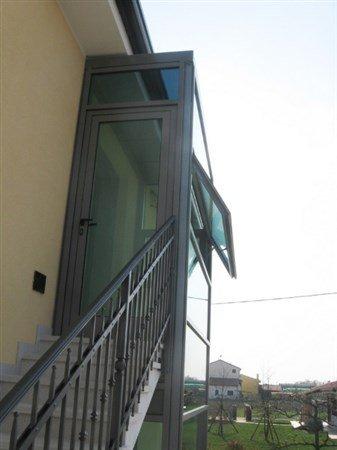 entrata di un edificio con scale esterna di sicurezza