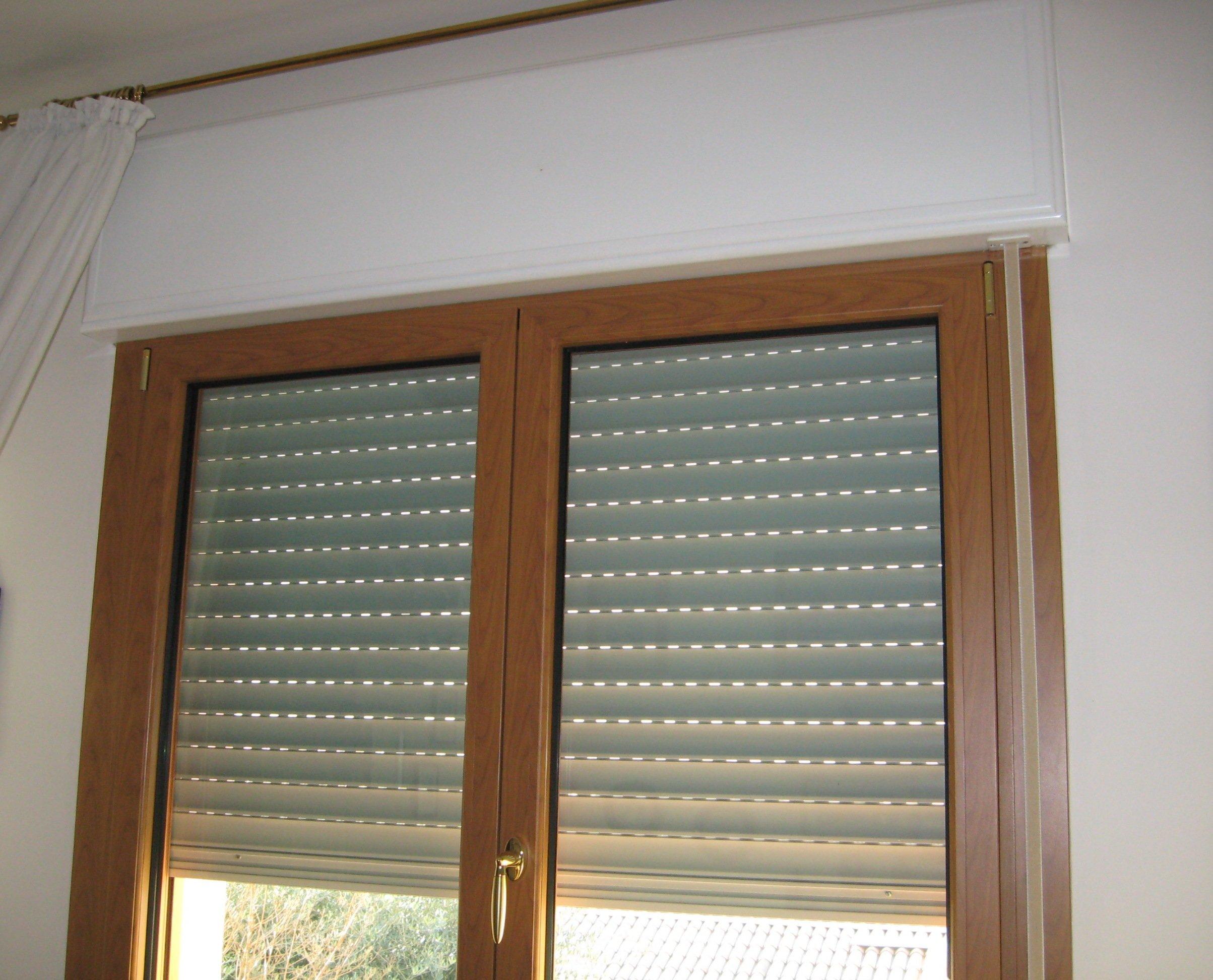 finesta in legno con tapparella abbassata