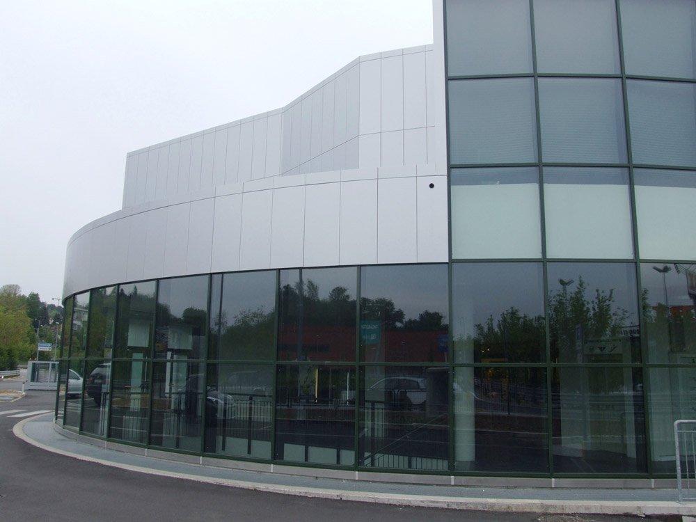 edificio con entrata a vetrate