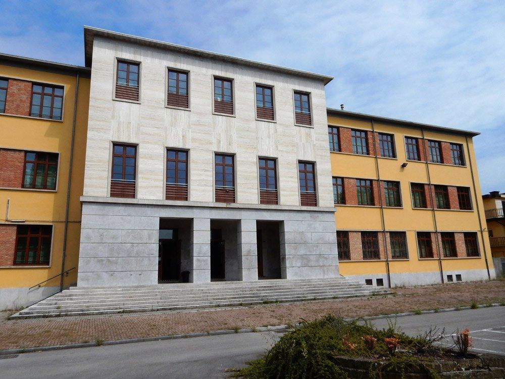 edificio con tre porte
