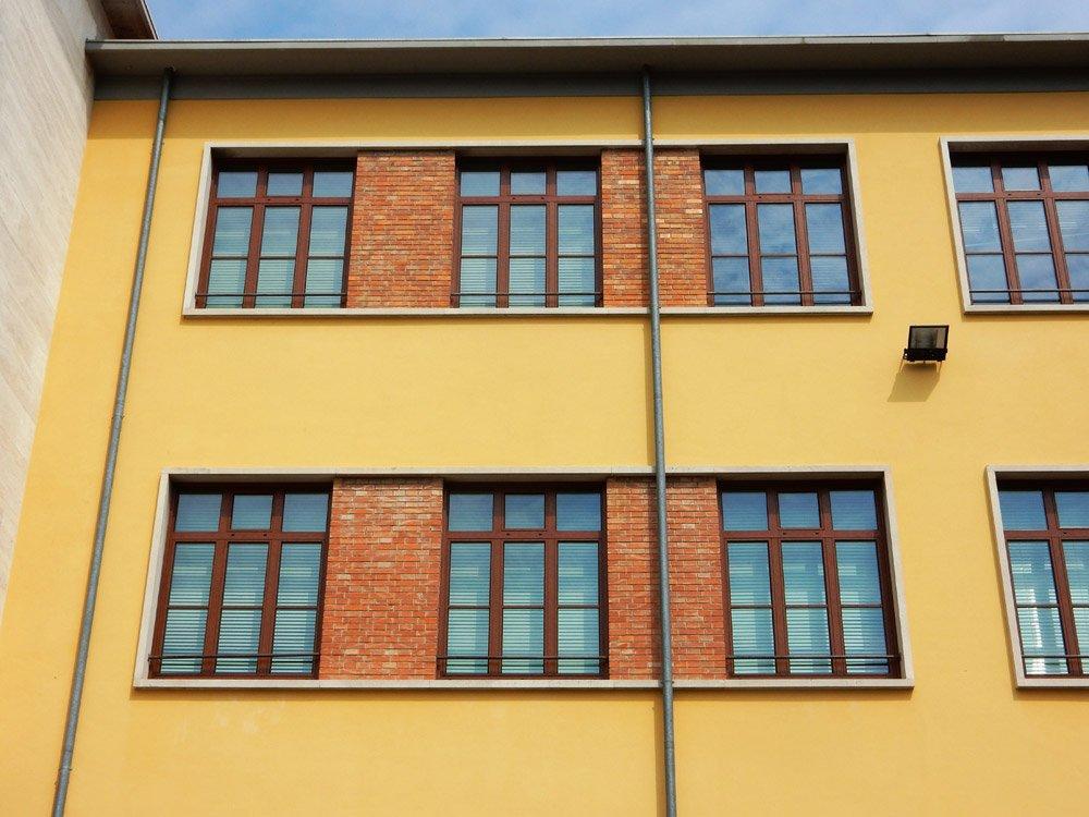 edificio giallo con 6 finestre