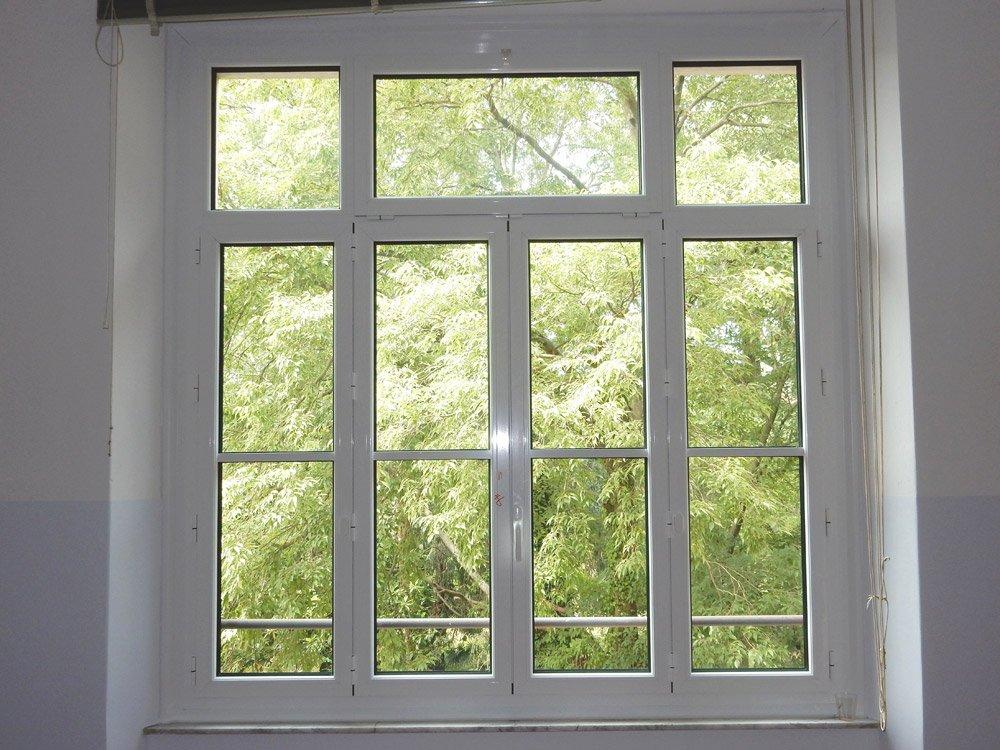 vista frontale di una finestra con serramenti in alluminio