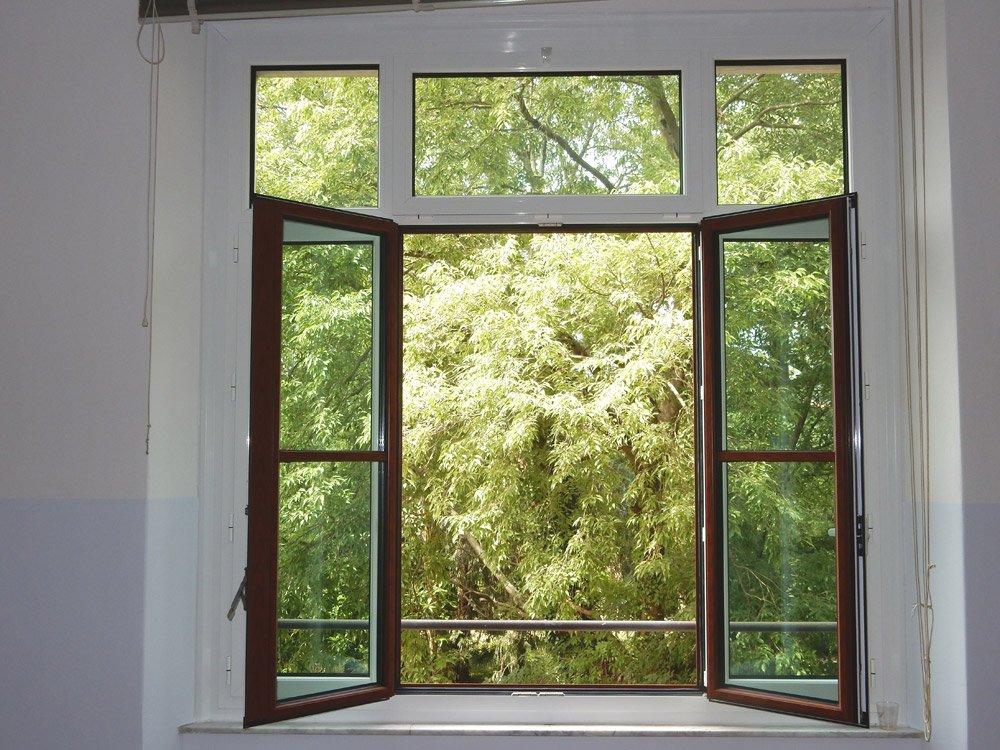finestra aperta con vista su degli alberi