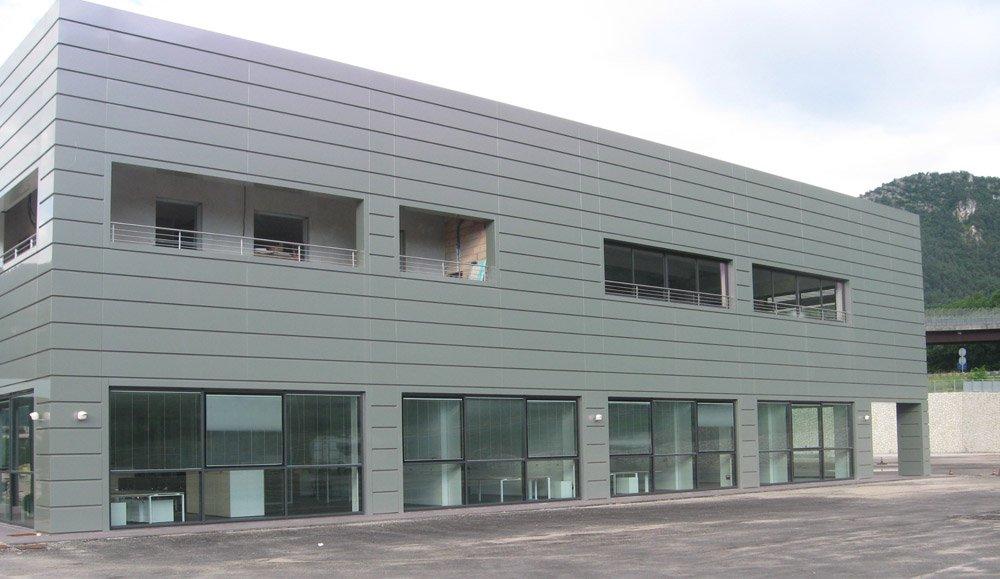 vista frontale di un edificio con vetrate