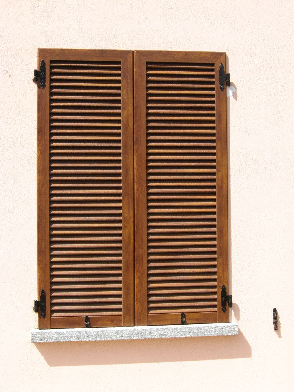 finestra con persiane in legno chiuse