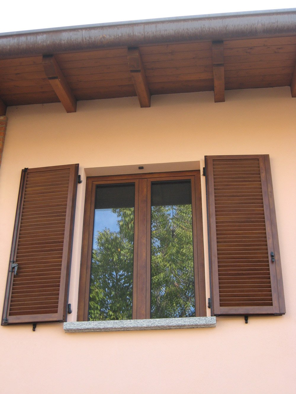 finestra con persiane in legno aperte