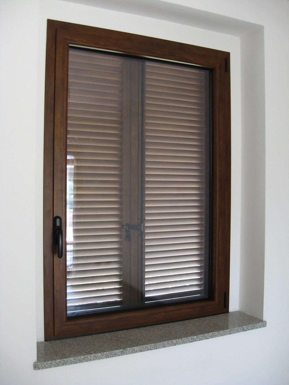 finestra in legno con tapparella chiusa