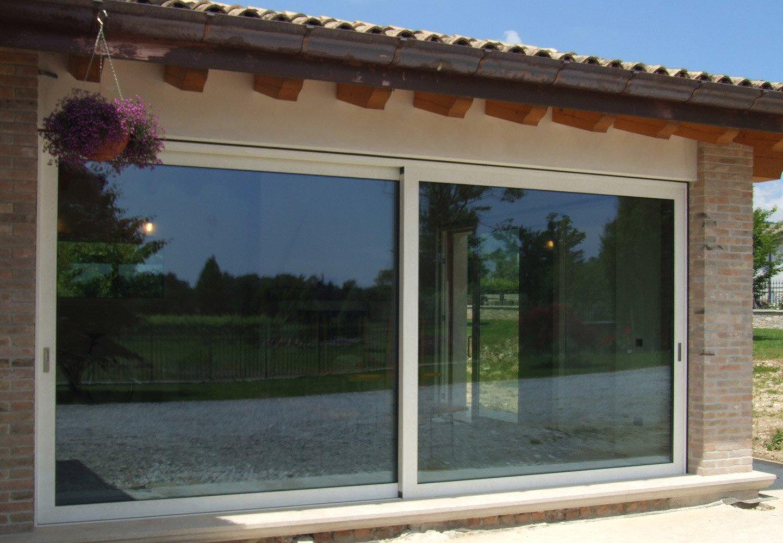 porta a vetrata scorrevole  e tettoia di una casa