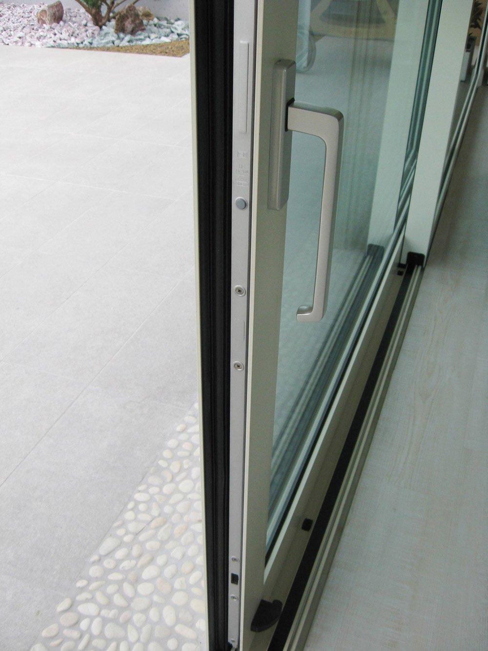 vista laterale di una porta scorrevole