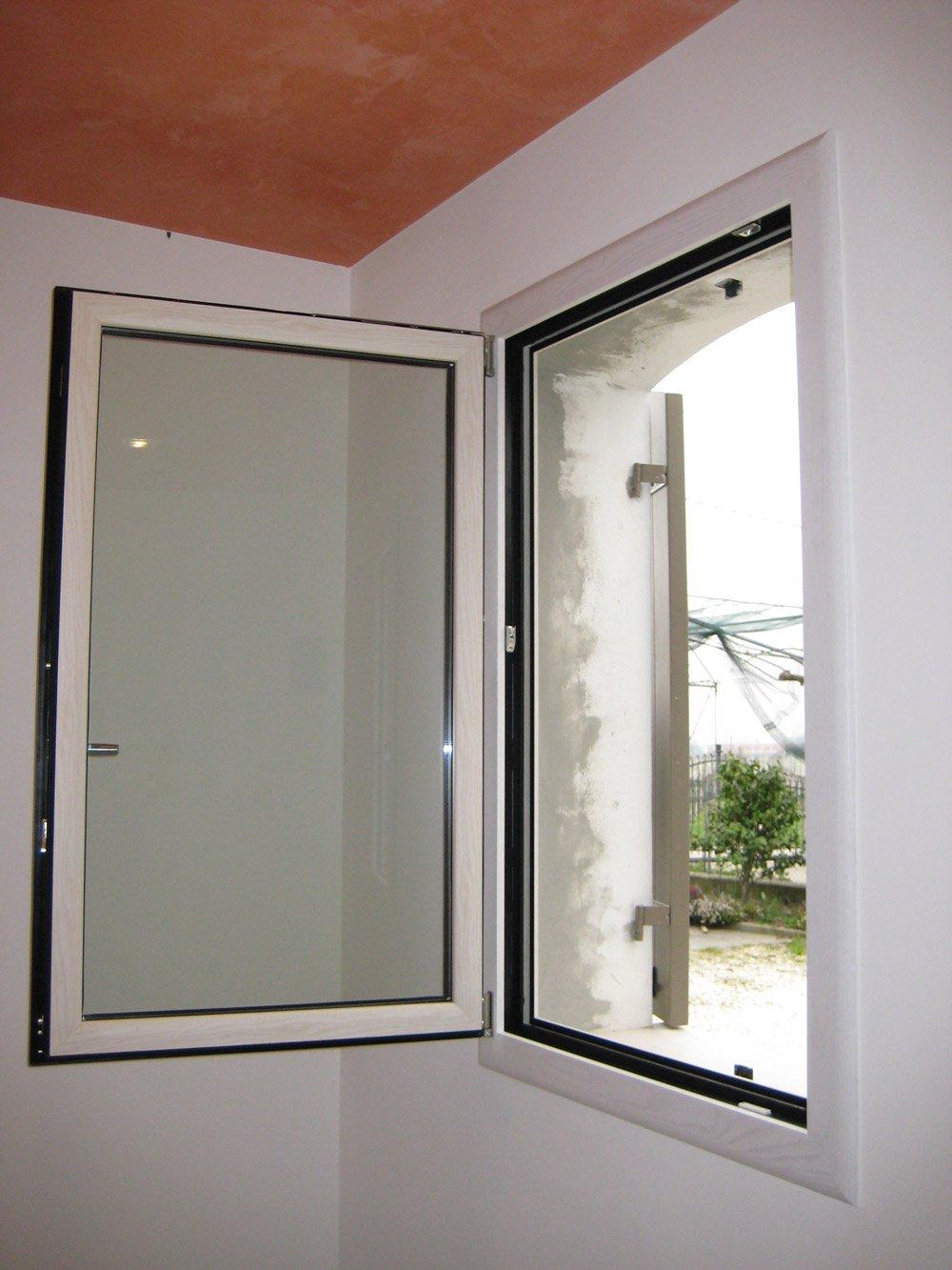 finestra in alluminio aperta
