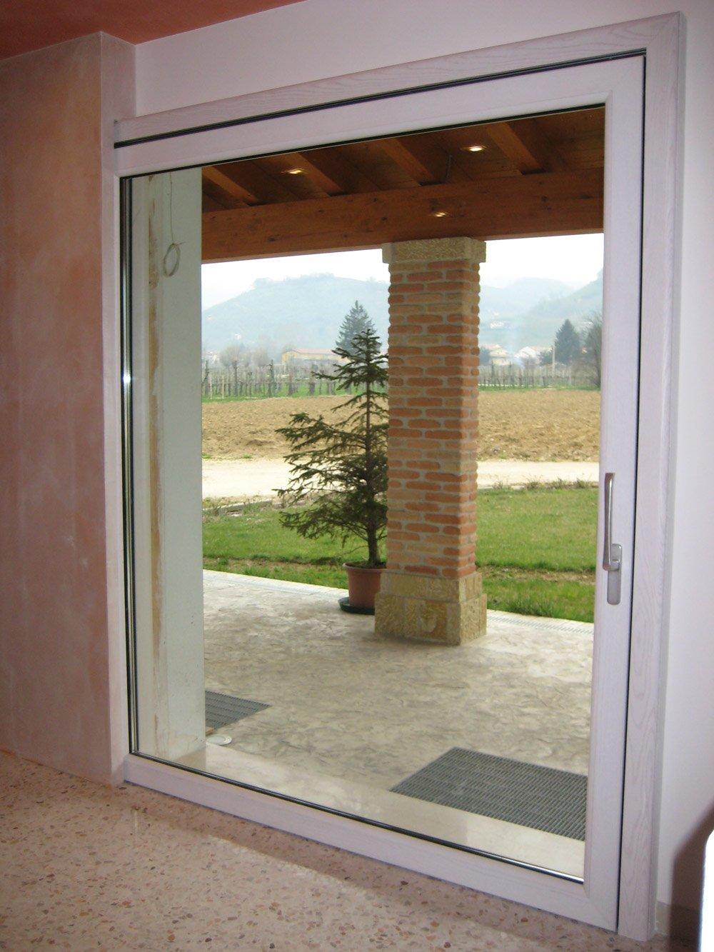 finestra con veduta su un giardino