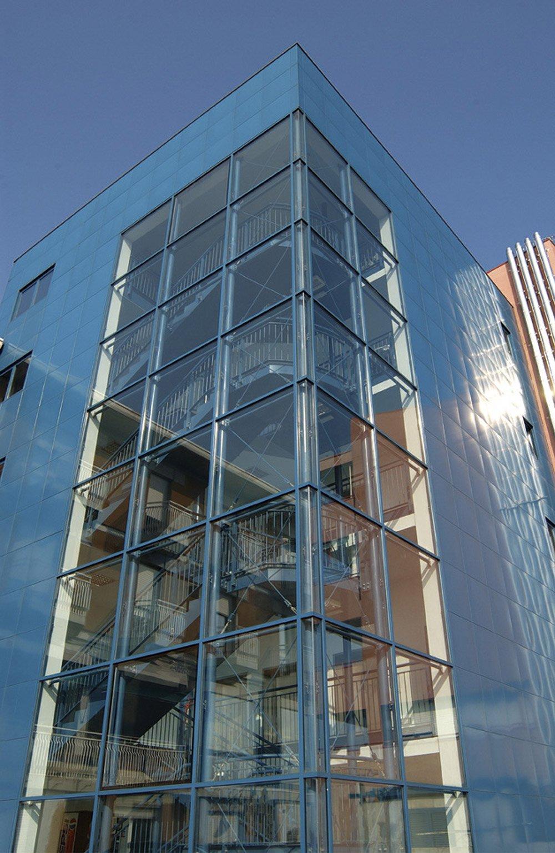 angolo di un edificio a vetrate