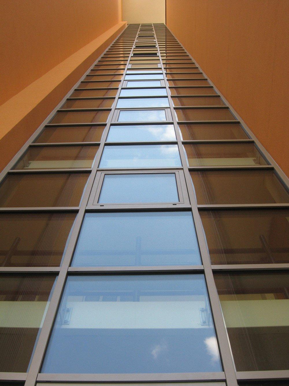 vista dal basso di un edificio a vetrate