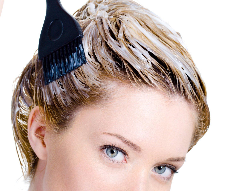 una donna durante trattamento di condizionamento capelli