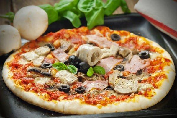 Pizza con bacon, salsiccia e olive nere