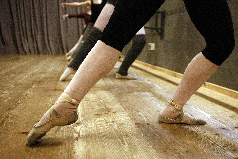 ballerina esegue esercizio di danza classica