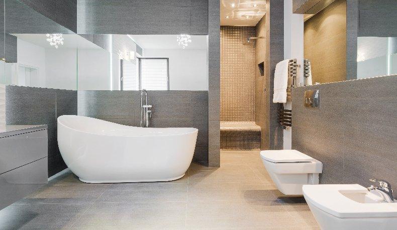 un bagno moderno con una vasca e sulla destra bidet e wc