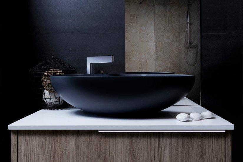 un lavandino ovale di color nero