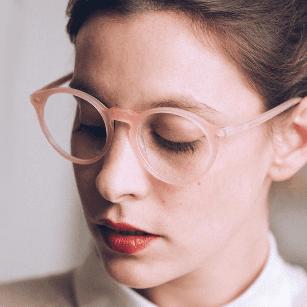 Donna che indossa occhiali da vista rosa