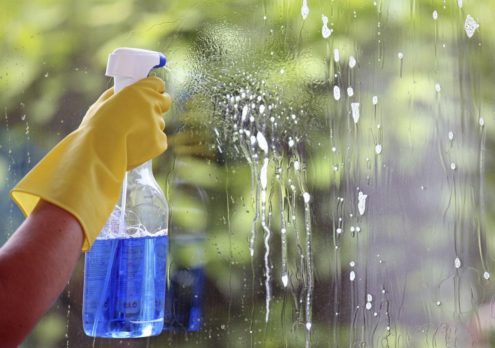 pulizia di un vetro