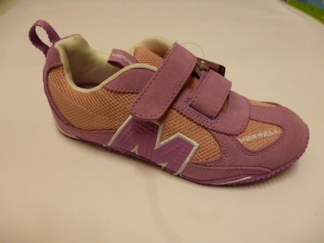delle scarpe da bambina di color rosa della marca Merrell
