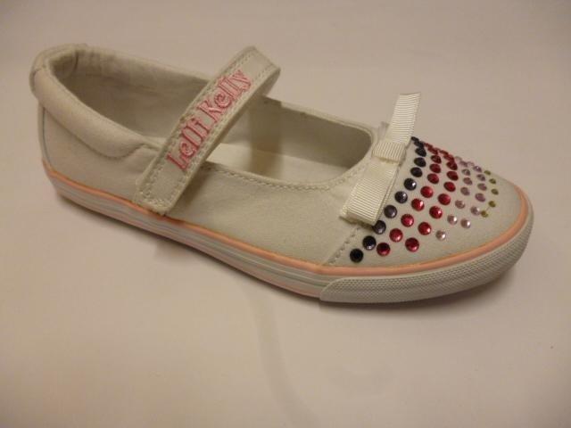 delle scarpe da bambina con con un fiocco