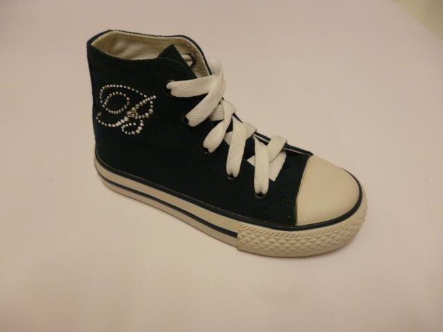 delle scarpe da tennis per bambini