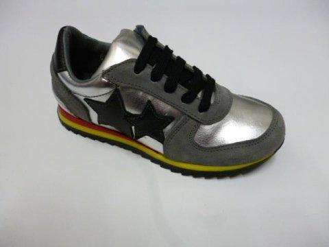 delle scarpe sportivi di color argento e grigio