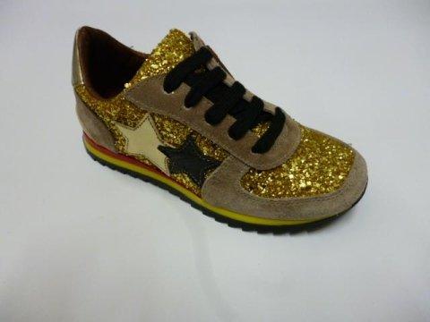 delle scarpe sportivi  di color dorato e beige