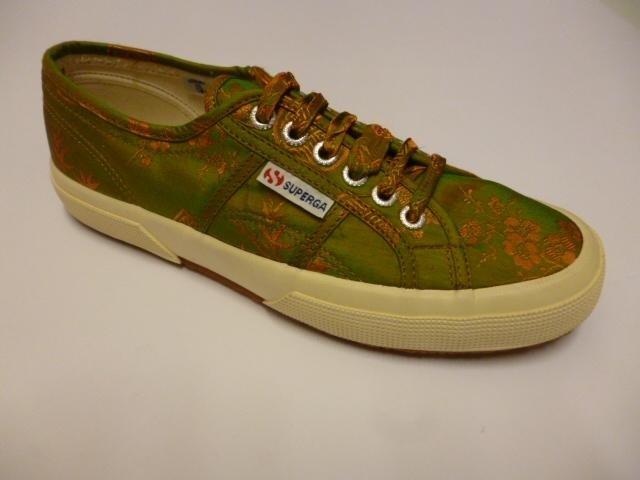 delle scarpe di color verde della marca Superga