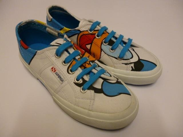 delle scarpe delle marca Superga con dei disegni di cartone animati